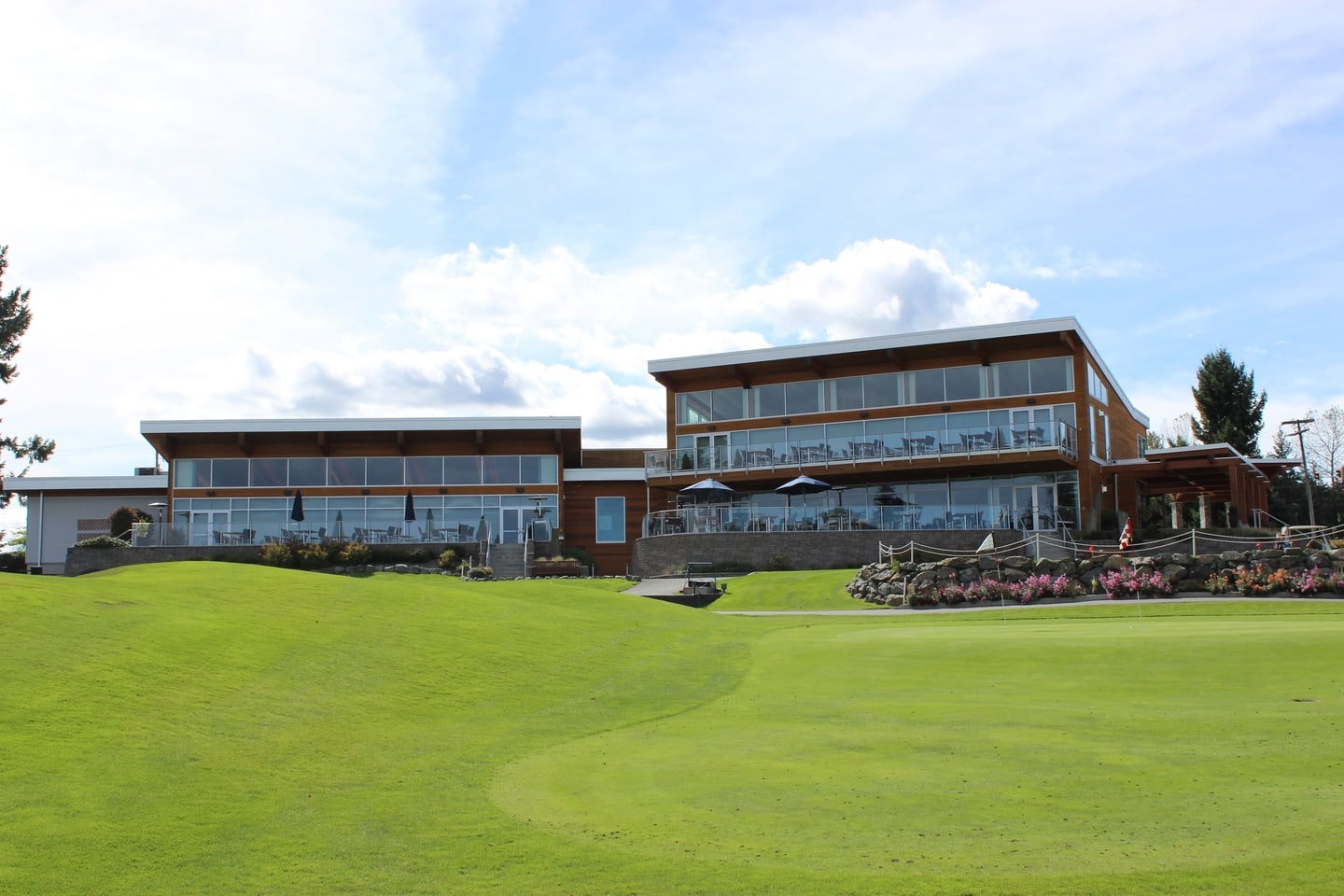 Nanaimo golf clubhouse overlooking green